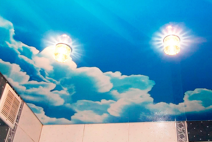 натяжной потолок с облаками в ванную комнату