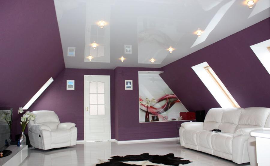 выбор натяжного потолка для гостинной